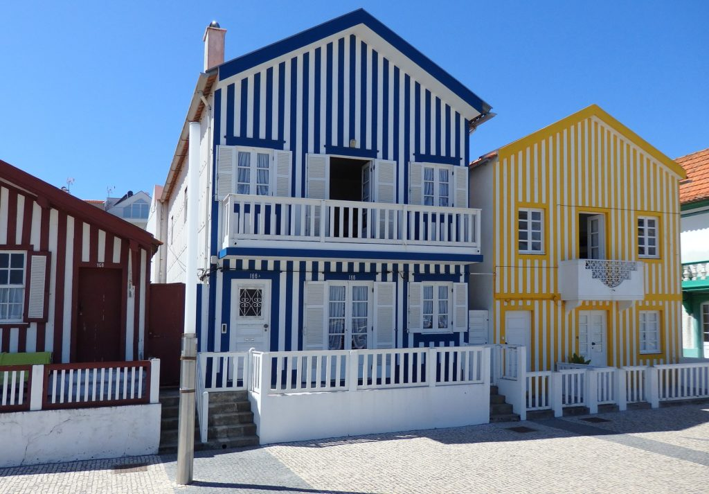 Casitas coloridas en Costa Nova, Portugal